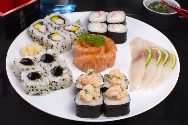 Nourriture japonaise combinée des sushi et des sahimis images stock