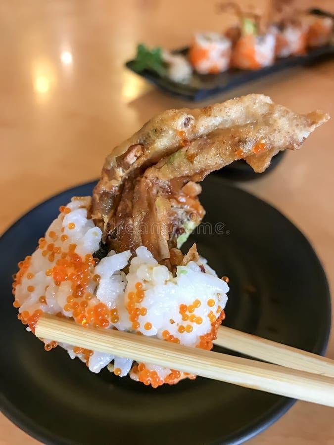 Nourriture japonaise de petit pain d'araignée faite à partir du crabe cuit à la friteuse, oeuf, avocat, concombre à l'intérieur photos stock