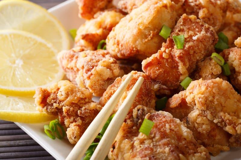 Nourriture japonaise : karaage de poulet frit avec le citron et l'oignon vert image libre de droits