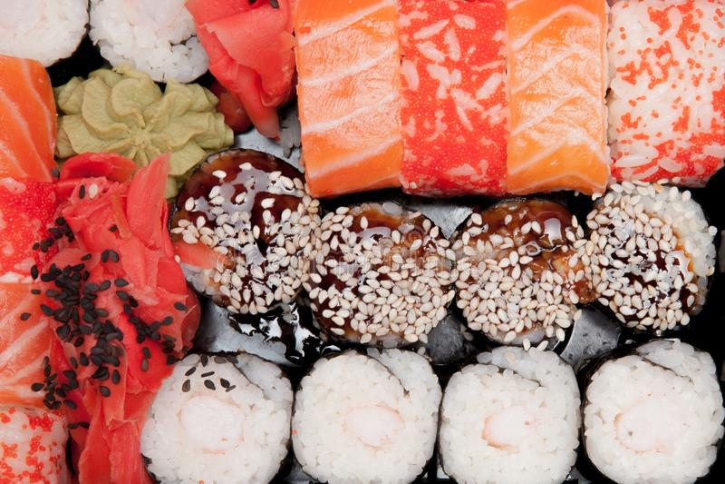 Nourriture japonaise a?rienne de sushi Rolls avec le thon, les saumons, la crevette, le crabe et l'avocat Vue sup?rieure des sush photographie stock libre de droits