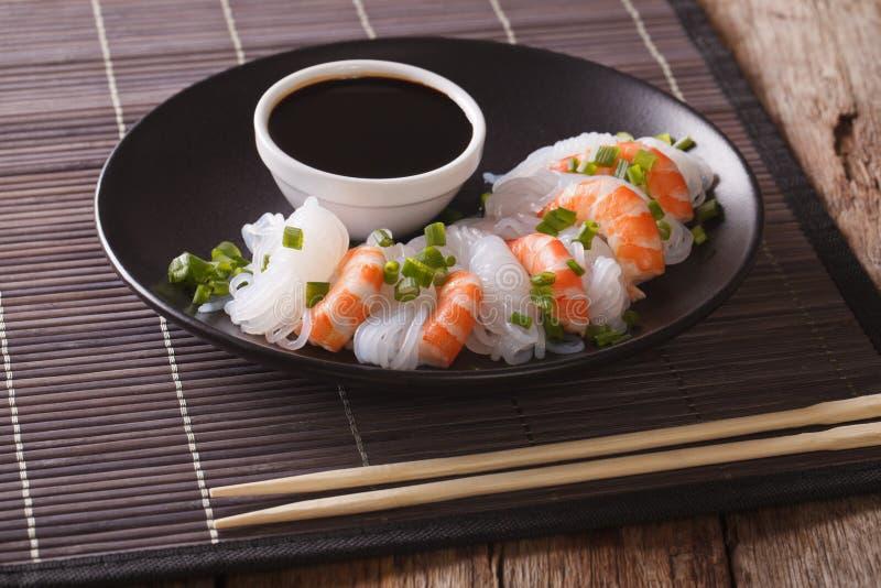 Nourriture japonaise : Shirataki avec des crevettes roses, des oignons de ressort et le sauc de soja image stock