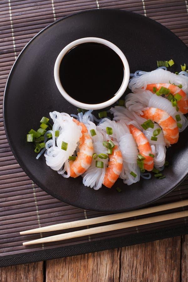 Nourriture japonaise : Shirataki avec des crevettes roses, des oignons de ressort et le sauc de soja images libres de droits