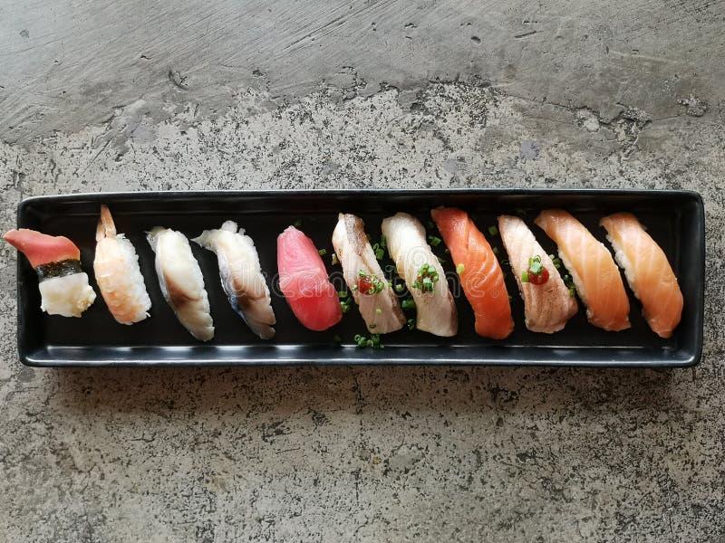Nourriture japonaise - sushi des saumons photographie stock libre de droits