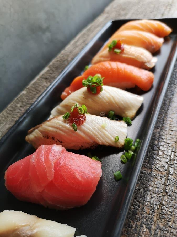 Nourriture japonaise - sushi des saumons images libres de droits