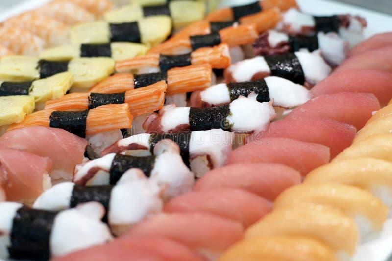 Nourriture japonaise traditionnelle de petits pains de sushi images libres de droits