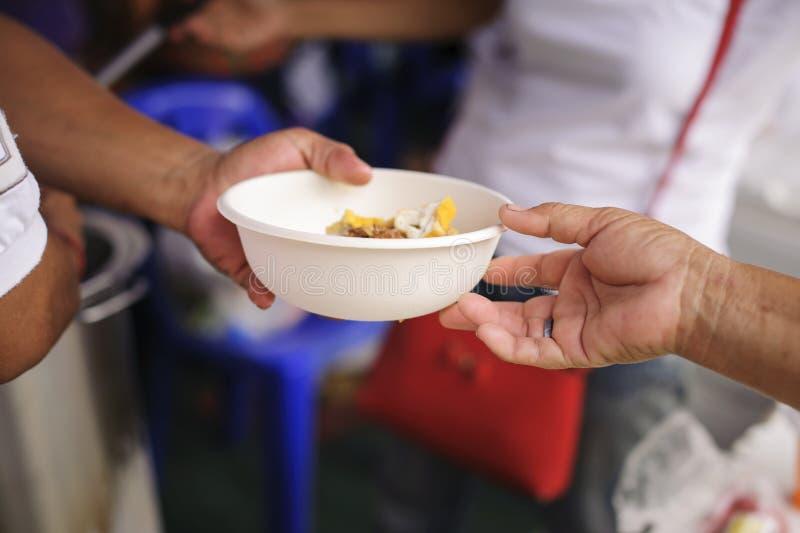 Nourriture libre pour la distribution pauvre et de produits alimentaires : concept partageant la nourriture avec le sans-abri image libre de droits