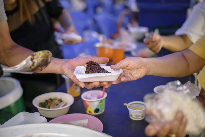 Nourriture libre pour la distribution pauvre et de produits alimentaires : concept partageant la nourriture avec le sans-abri photographie stock libre de droits