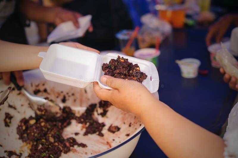 Nourriture libre pour la distribution pauvre et de produits alimentaires : concept partageant la nourriture avec le sans-abri photos libres de droits