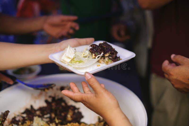Nourriture libre pour la distribution pauvre et de produits alimentaires : concept partageant la nourriture avec le sans-abri image stock