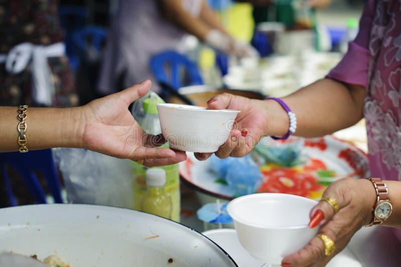 Nourriture libre pour la distribution pauvre et de produits alimentaires : concept partageant la nourriture avec le sans-abri photos stock