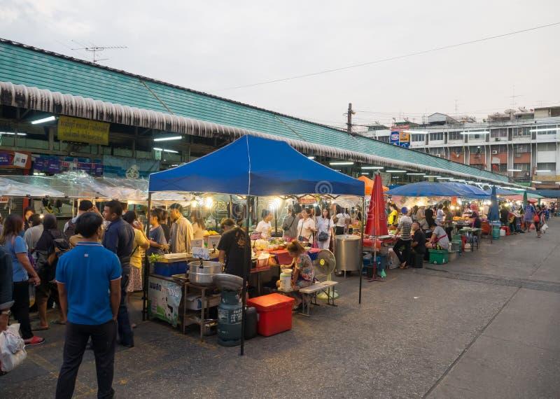 Nourriture locale de rue de nuit au marché de secteur de Minburi photographie stock libre de droits