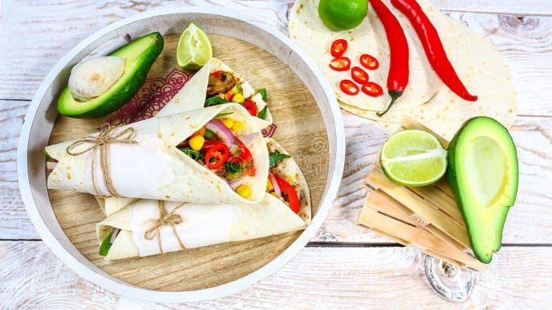 Nourriture mexicaine - tacos délicieux avec du boeuf, recette à cuire mexicaine de légumes image stock