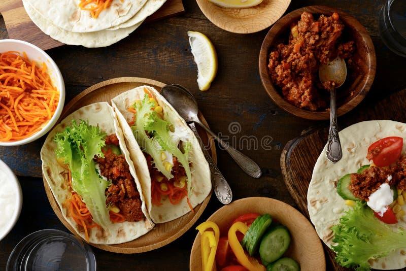 Nourriture mexicaine - Tacos délicieux avec le boeuf haché et les légumes photo stock