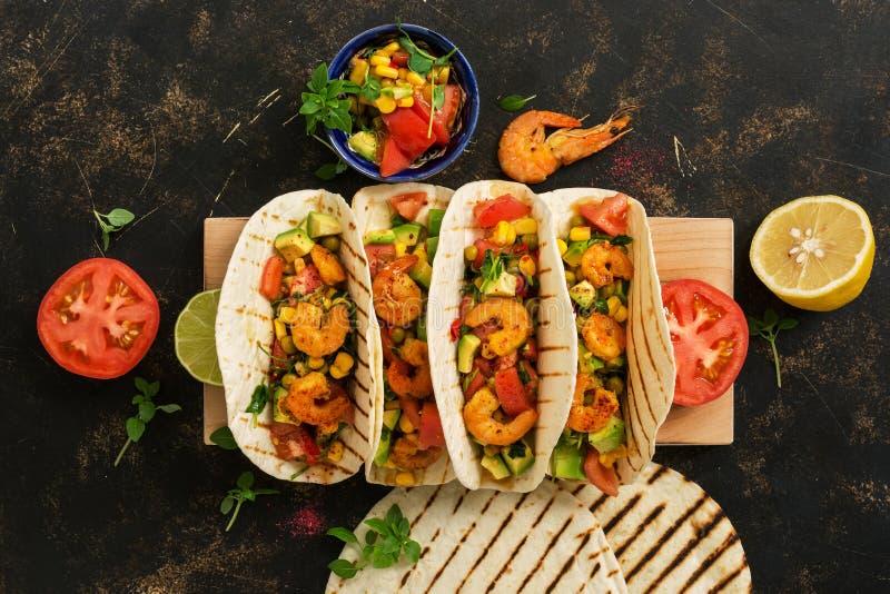 Nourriture mexicaine Tacos fait maison avec des crevettes sur une planche à découper Vue de ci-dessus, aérien images libres de droits