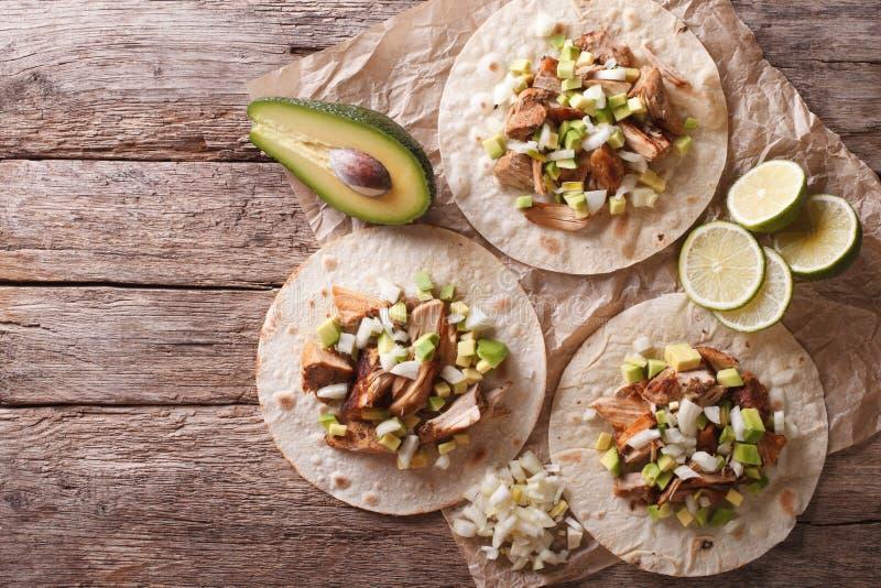 Nourriture mexicaine : tortilla avec des carnitas, des oignons et l'avocat horizo photographie stock libre de droits