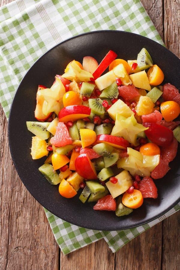 Nourriture naturelle : Salade des fruits tropicaux exotiques frais en gros plan dessus photo stock