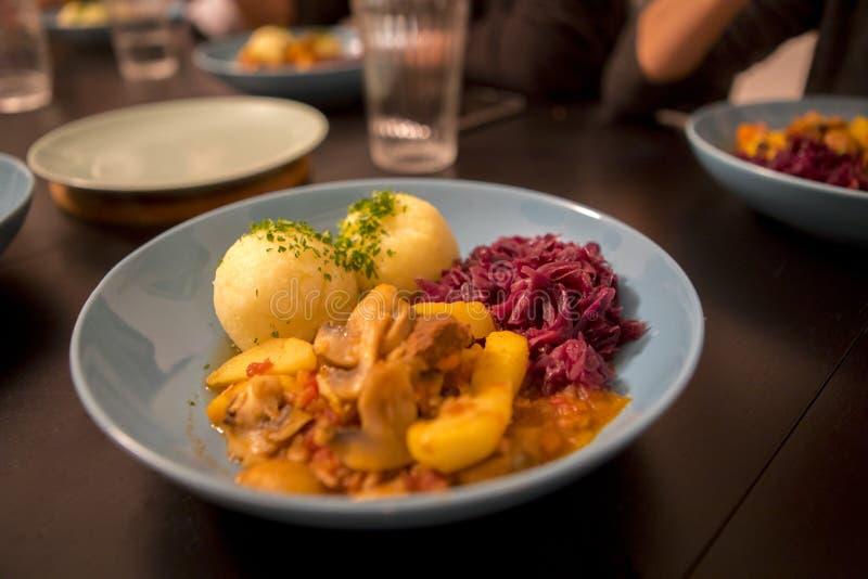 Nourriture occidentale traditionnelle, dîner à la maison, ragoût de porc, boule de pomme de terre, boule de boue de pomme de terr photo stock