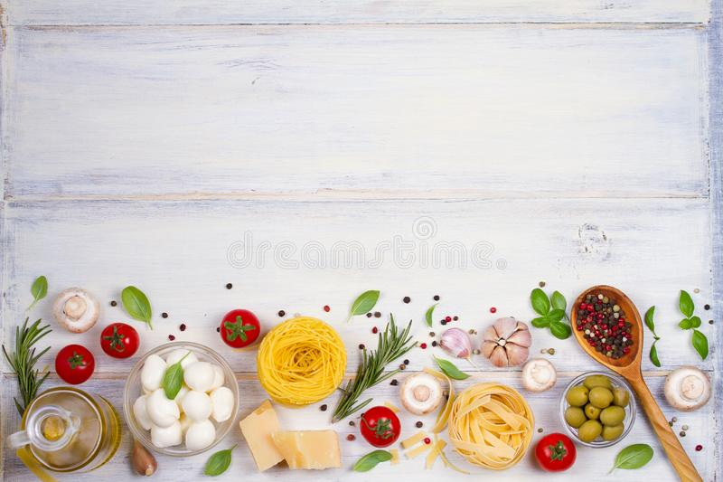 Nourriture ou ingrédients italiens avec les légumes frais, les pâtes, le mozzarella de fromage et le parmesan, épices Fond sain d photos libres de droits