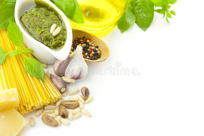 Nourriture/pesto et pâtes/cadre italiens photographie stock libre de droits