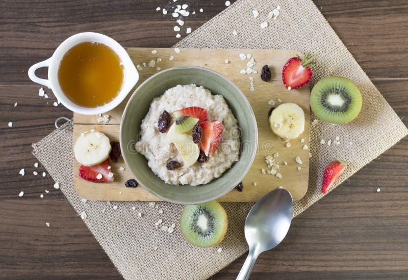 Nourriture, petit déjeuner de farine d'avoine et fruit sains sur la fin en bois de vue supérieure de fond  photos stock