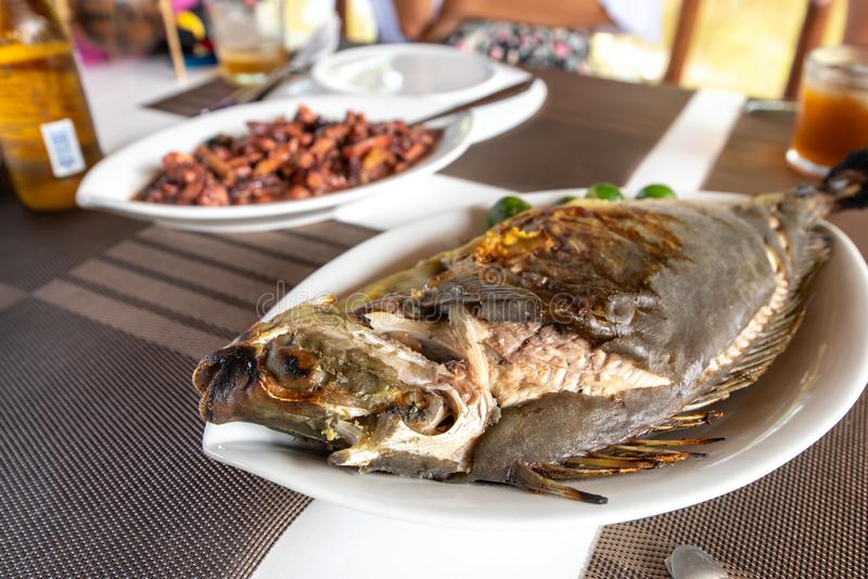 Nourriture philippine traditionnelle - a grillé Unicorn Fish photo libre de droits