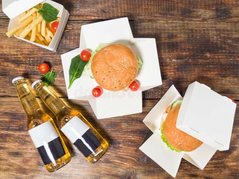 Nourriture pour deux Casse-croûte pour deux Hamburgers et bi?re photographie stock