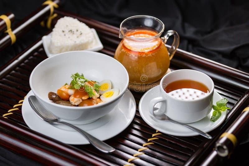 Nourriture pour le thé de petit déjeuner, jus, salat, riz photo stock