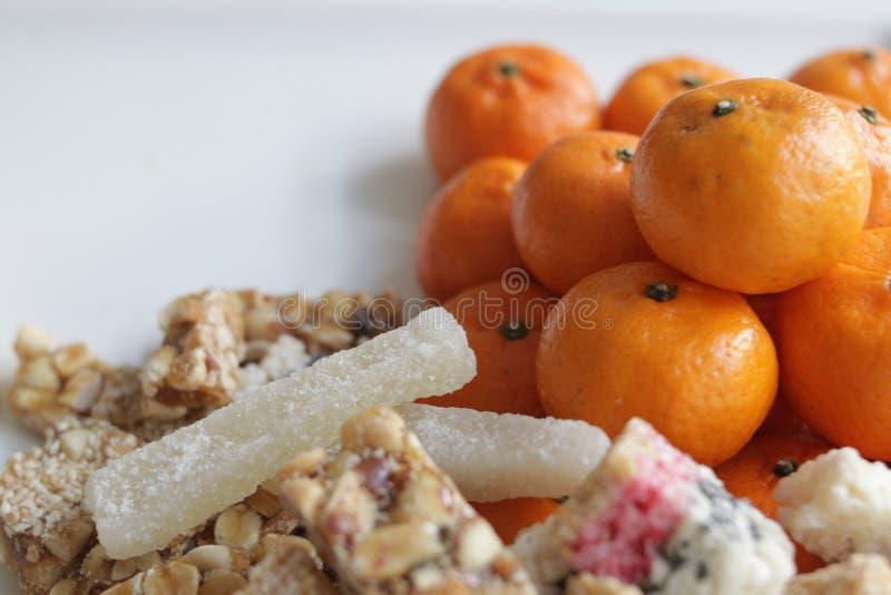 Nourriture pour offrir aux ancêtres en nouvelle année chinoise, oranges et casse-croûte photos libres de droits