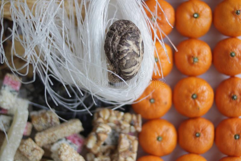 Nourriture pour offrir aux ancêtres en nouvelle année chinoise, oranges et casse-croûte photographie stock