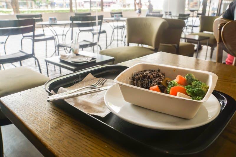 Nourriture propre de quinoa et carotte et brocoli d'ébullition dans la boîte qui respecte l'environnement photos stock