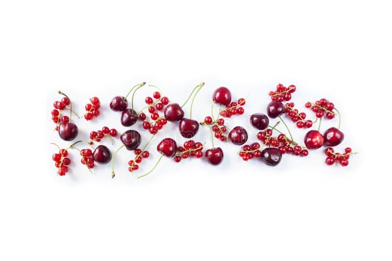 Nourriture rouge d'isolement sur un blanc Cerises mûres et groseilles rouges sur un fond blanc Baies mélangées avec l'espace de c image stock
