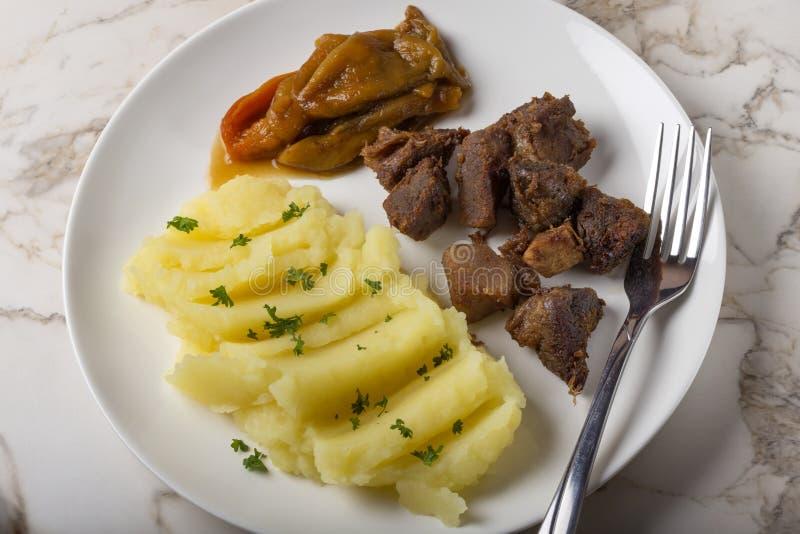 Nourriture roumaine de Tochitura Moldoveneasca avec les poivrons cuits au four images stock