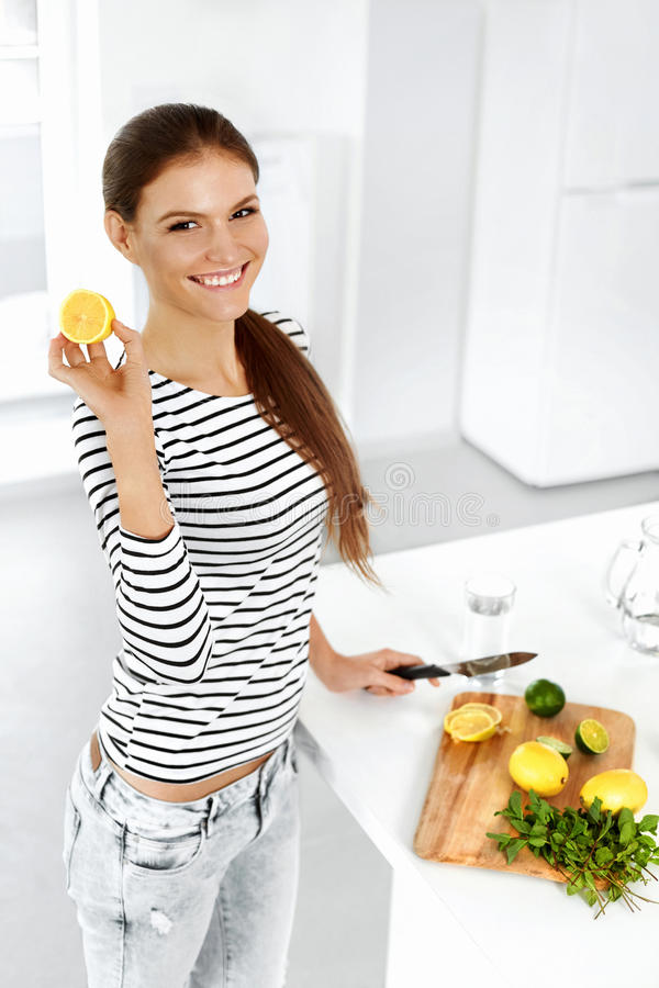 Nourriture saine Citrons et chaux de coupe de femme Style de vie sain photos stock