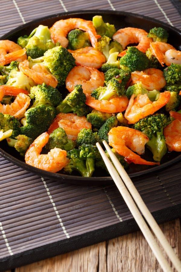 Nourriture saine : crevette de sauté avec le plan rapproché de brocoli vertical image libre de droits