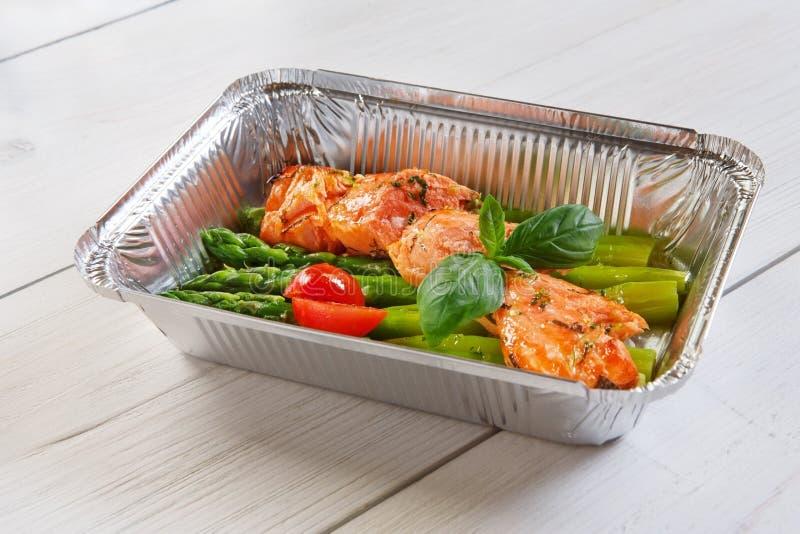 Nourriture saine dans la boîte, concept de régime images stock