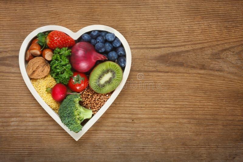 Nourriture saine dans la cuvette en forme de coeur photos stock