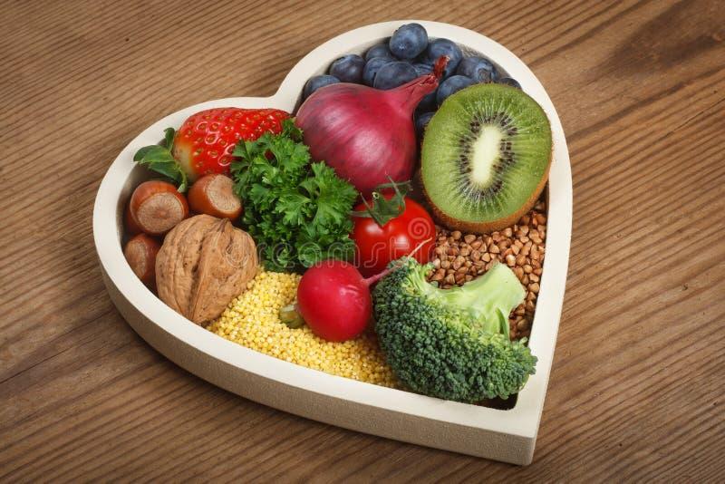 Nourriture saine dans la cuvette en forme de coeur photo libre de droits