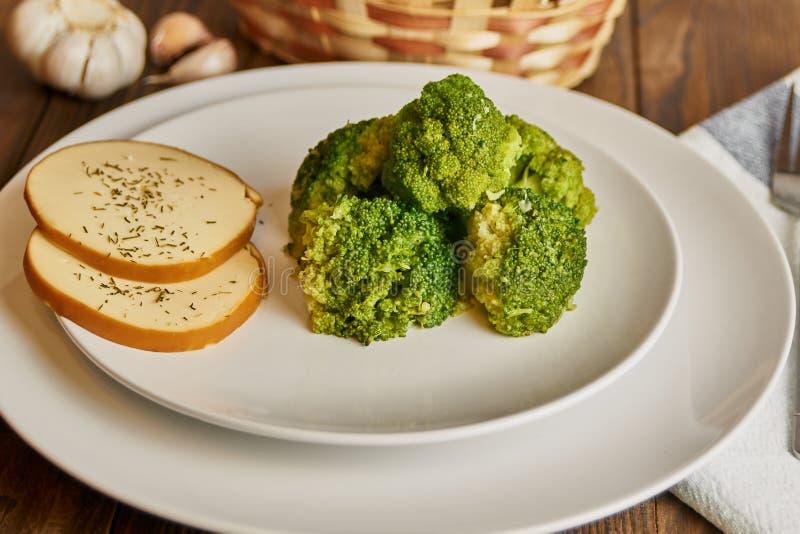 Nourriture saine dans un plat blanc images libres de droits