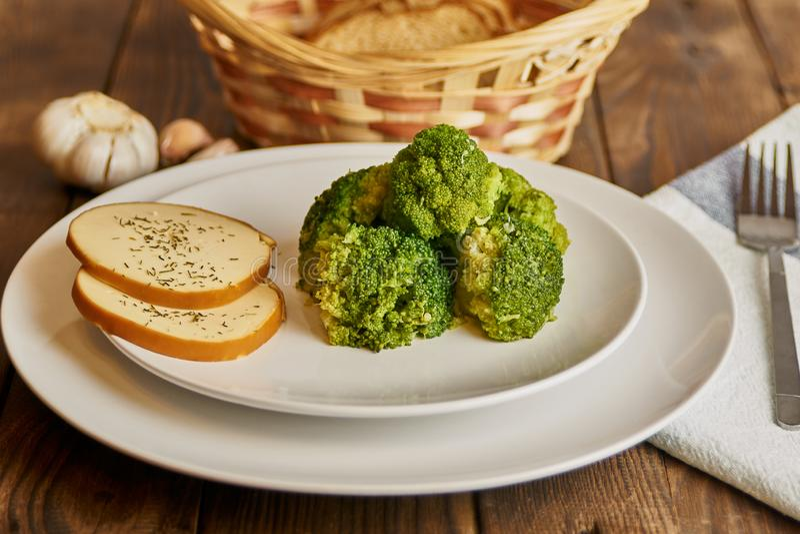 Nourriture saine dans un plat blanc images stock