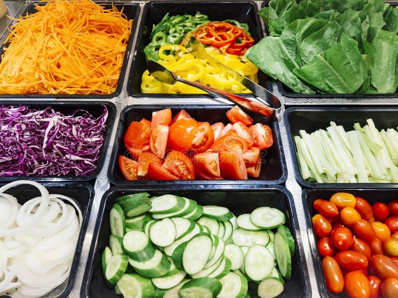 Nourriture saine de légumes frais de comptoir à salades image libre de droits