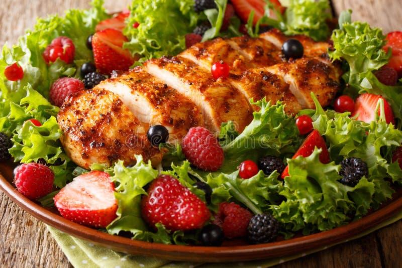 Nourriture saine de paleo : blanc de poulet frit avec les baies fraîches, prairie photos stock