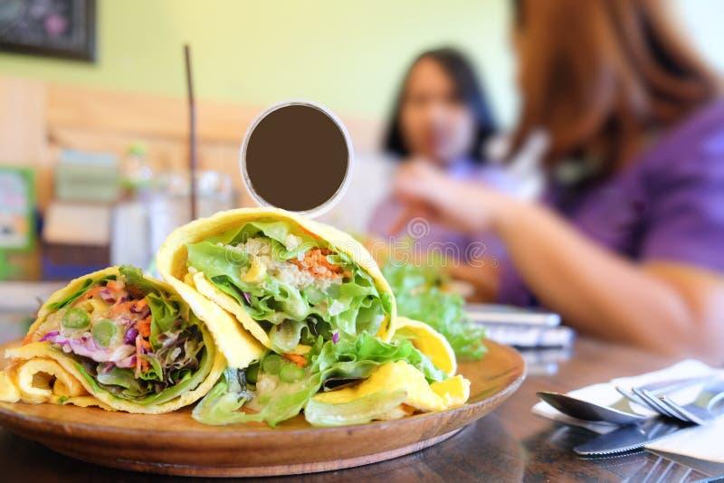 Nourriture saine, enveloppes de salade avec l'omelette photographie stock
