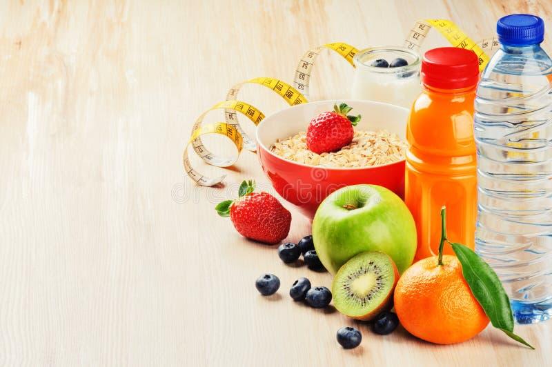 Nourriture saine et concept de forme physique Fruits frais, jus et céréale photographie stock libre de droits