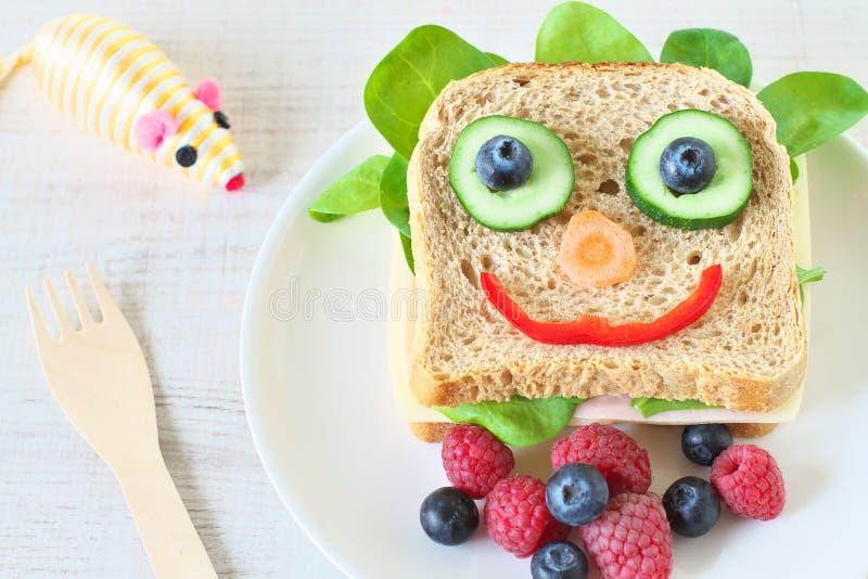 Nourriture saine et d'amusement pour des enfants photos libres de droits
