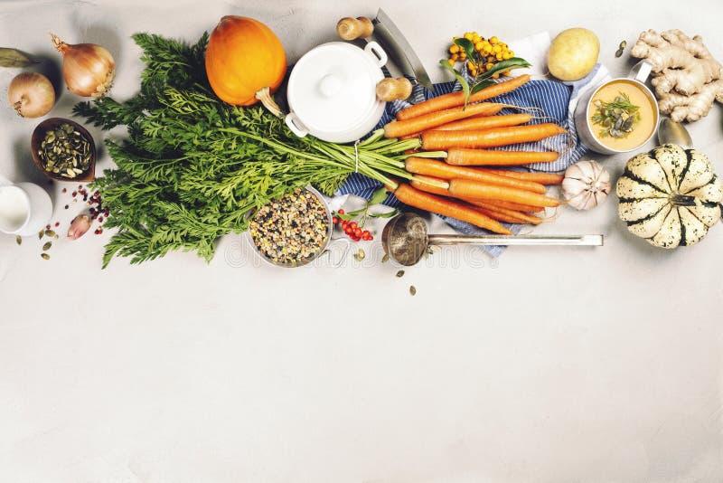 Nourriture saine faisant cuire le fond Carottes, oignons, potirons, gingembre et épices frais de jardin sur le fond en bois rusti images libres de droits