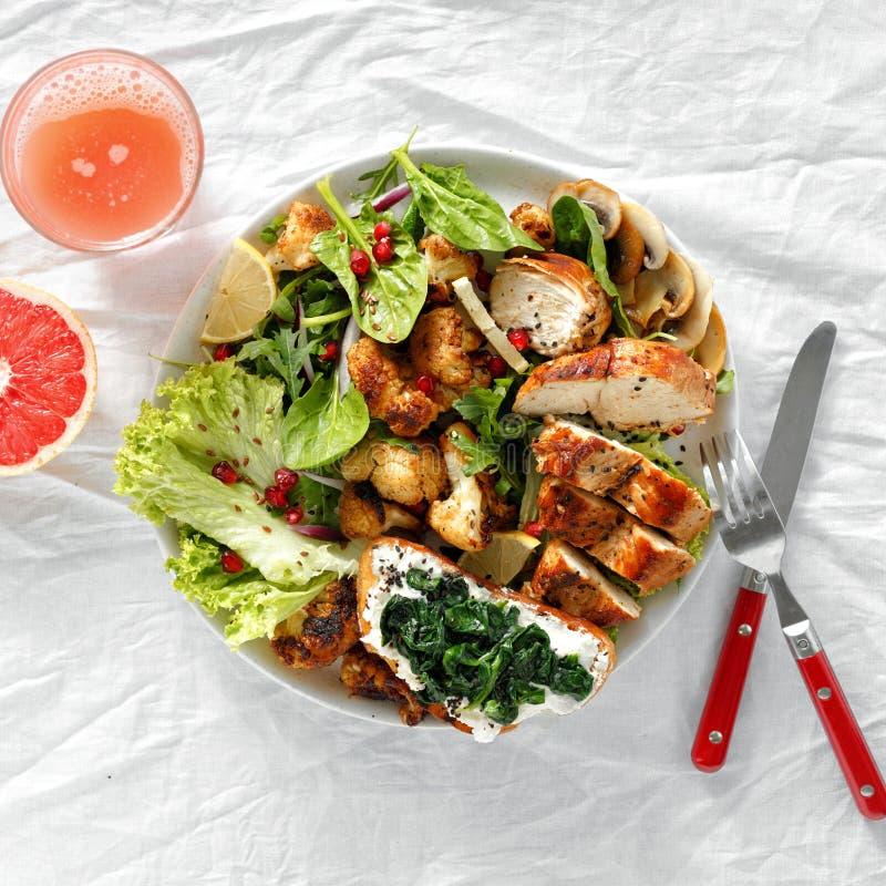 Nourriture saine fra?che de vue sup?rieure de l?gumes de bifteck de poulet de salade de bol de nourriture photos libres de droits