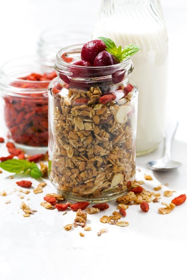 nourriture saine, granola avec des baies de goji et cerises photo stock