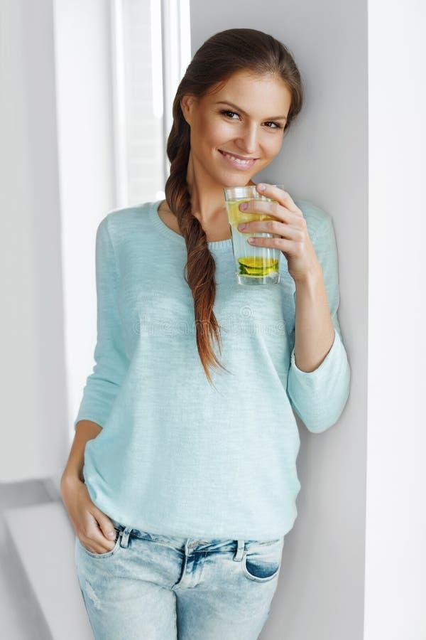 Nourriture saine L'eau potable de Detox de citron de femme Consommation saine photos libres de droits