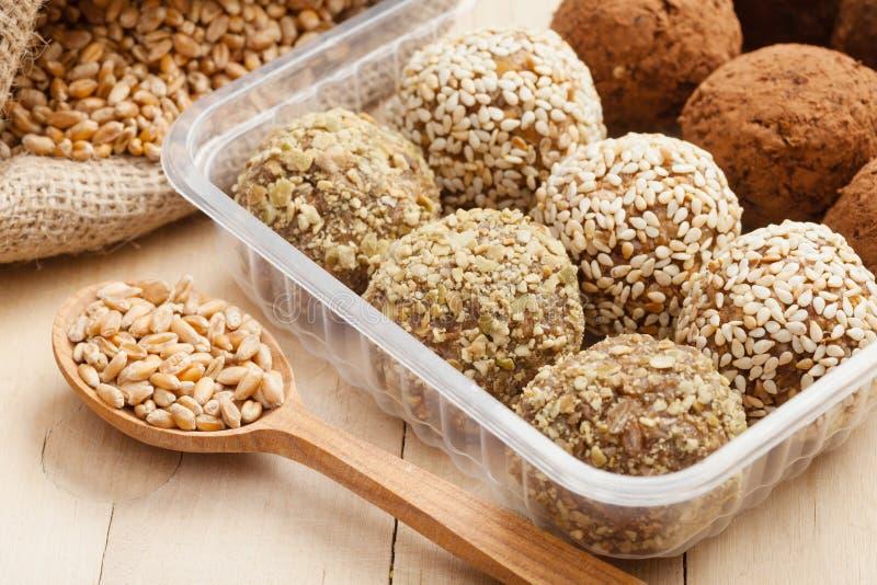Nourriture saine macrobiotique : boules du blé moulu  image libre de droits