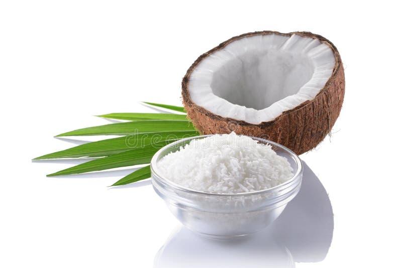 Nourriture saine Noix de coco fraîche avec des flocons dans la glace et les palmettes vertes photo stock